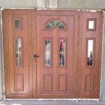 Aluminijumska vrata u boji drveta sa ukrasnim panelom